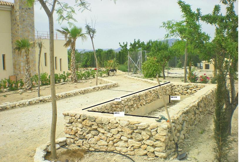 Alberca de piedra donde queremos hacer un jard n acu tico for Arreglar jardin abandonado