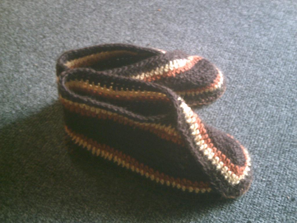 Son dos tiras tejidas a crochetque se unen con punto feston a una