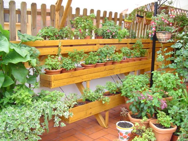 Jardineras hechas con tablas de palets en estanterias - Huerto con palets ...